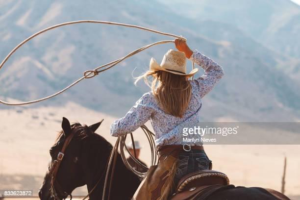 ロデオに乗るための準備 - 家畜柵 ストックフォトと画像