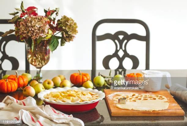 preparing traditional apple pie - trapo de cocina fotografías e imágenes de stock