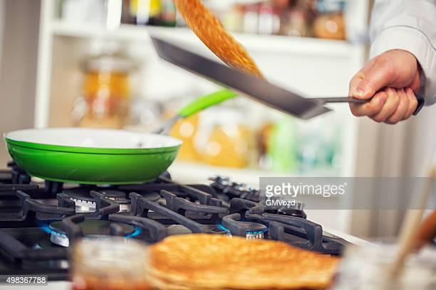 Préparation de Pancakes-Pannenkoeken traditionnelle néerlandaise