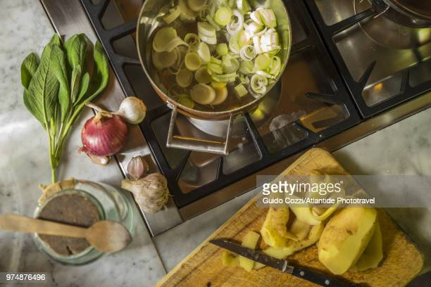 """preparing """"vellutata di porri"""", cream of leek soup - cozinha doméstica imagens e fotografias de stock"""