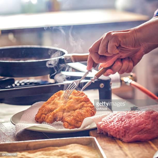 Wiener Schnitzel in der heimischen Küche vorbereiten
