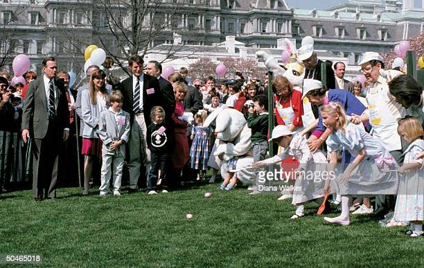 Pres Bush playing whistle master hosting WH lawn easter egg roll w family incl Marshall urged on by mom Margaret actor Reeve