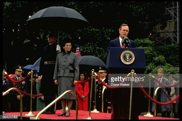 Pres Bush speaking at WH arrival fete for Filipina Pres Cory Aquino w Gen Colin Powell Marilyn Quayle et al on hand