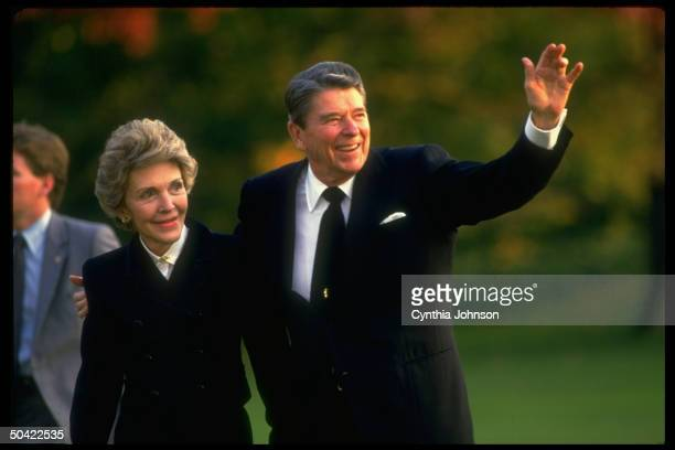 Pres Nancy Reagan returning to WH waving to fans