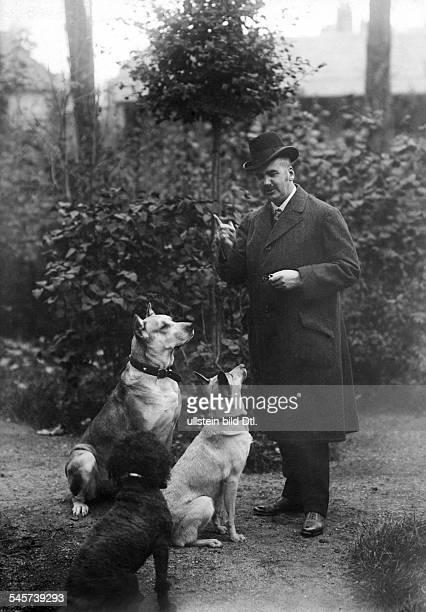 Presber, Rudolf *04.07.1868-+Schriftsteller, Journalist, D- mit seinen Hunden im Garten- undatiert Foto: Conrad Huenich
