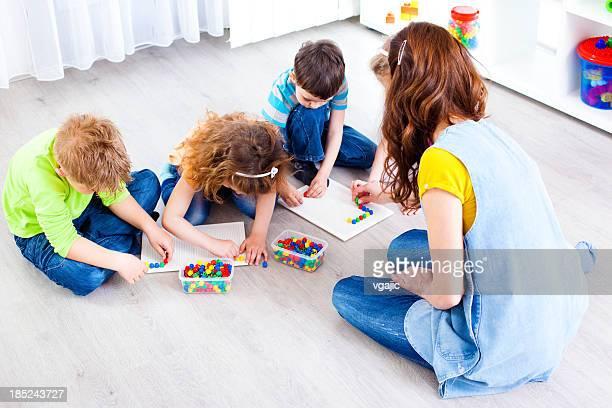 Kinder: Kinder, die Mosaic mit Farbe-sticks