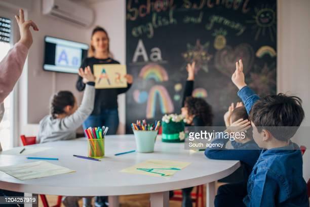 手紙を学ぶ就学前の子供たち - abc ストックフォトと画像