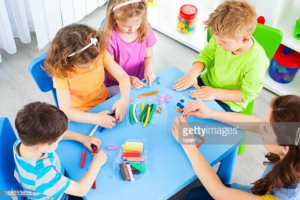 保育園:Preschoolers クラフト活動に playdo