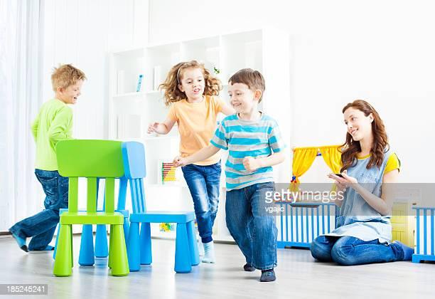 parvulario: preschoolers juego de sillas musicales. - silla fotografías e imágenes de stock