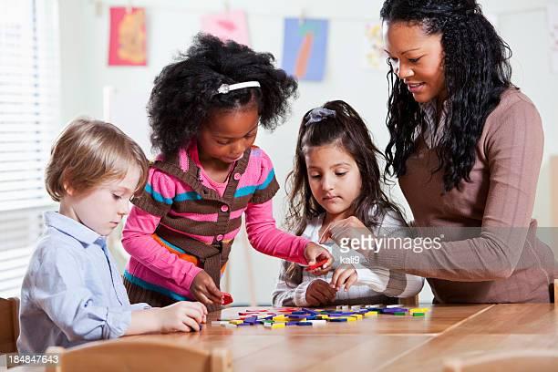 Pré-escolar alunos com professor em sala de aula