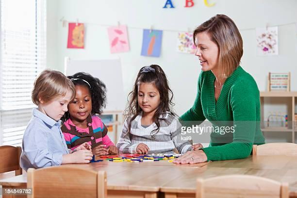 Vorschule Schüler im Klassenzimmer mit Lehrer