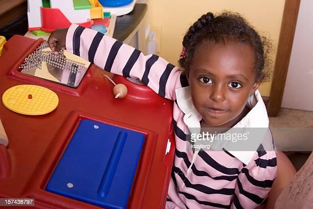 niño pre-escolar jugando con actividad sensorial estación - autismo fotografías e imágenes de stock