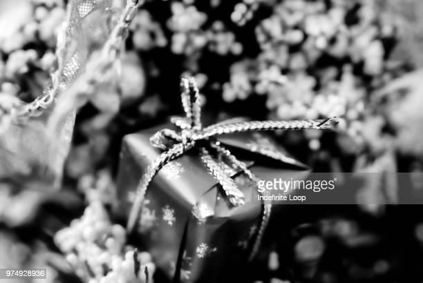 a present for the future. - noel noir et blanc photos et images de collection