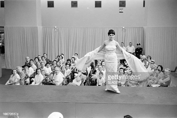 Presentation Of Soviet Fashion In The United States En juillet 1959 aux Etats Unis une présentation de mode venue de Moscou par des mannequins Russes...