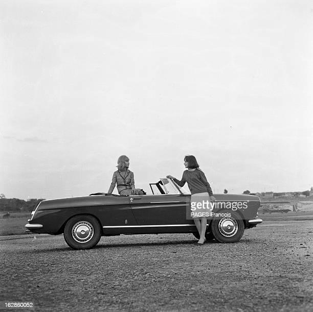 Presentation Of The Peugeot 404 France 28 septembre 1961 Présentation en extérieur d'une voiture Peugeot 404 cabriolet par deux mannequins femmes