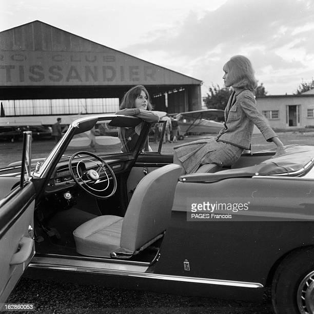 Presentation Of The Peugeot 404 France 28 septembre 1961 Présentation en extérieur d'une voiture Peugeot 404 cabriolet par deux mannequins femmes à...