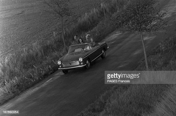 Presentation Of The Peugeot 404 France 28 septembre 1961 Présentation en extérieur d'une voiture Peugeot 404 cabriolet par deux mannequins femmes...