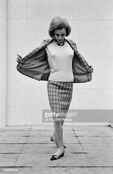 Presentation Of Women Fashion In 1963. En janvier 1963, en extérieur, une jeune femme blonde, présente un modèle de tailleur, jupe et vestes à...