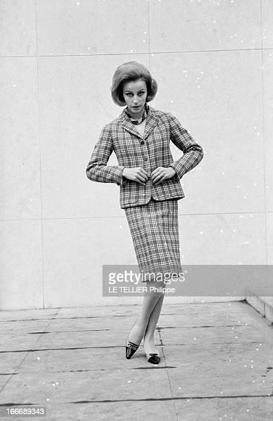 Presentation Of Women Fashion In 1963 En janvier 1963 en extérieur une jeune femme blonde présente un modèle de tailleur jupe et vestes à carreaux
