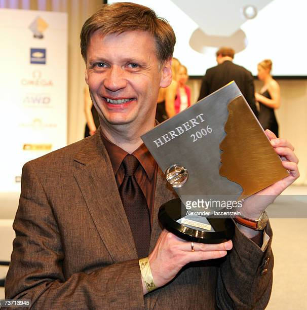 Presenter Guenther Jauch poses with his Herbert Award for the Best TV Sportpresenter at the Herbert Award 2006 Gala at the Elysee Hotel on March 26...