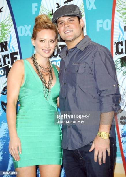 Presenter Hilary Duff and hockey player Mike Comrie pose in press room during the 2010 Teen Choice Awards at Gibson Amphitheatre on August 8 2010 in...