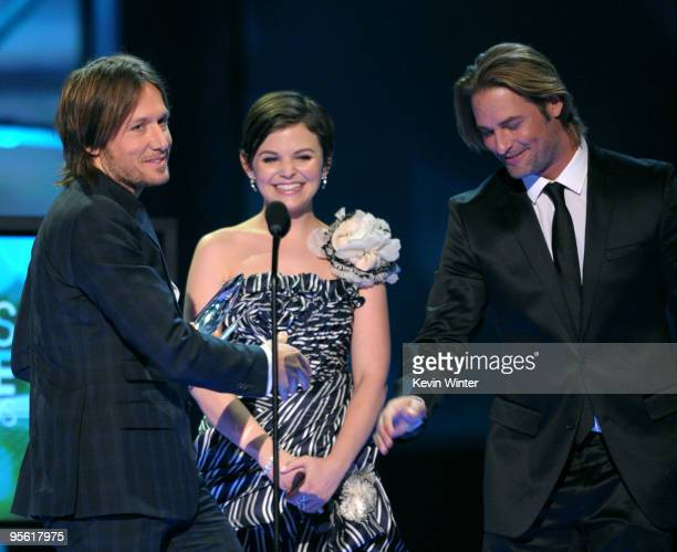 Presenters Ginnifer Goodwin and Josh Holloway present singer Keith Urban the award for Favorite Male Artist onstage during the People's Choice Awards...