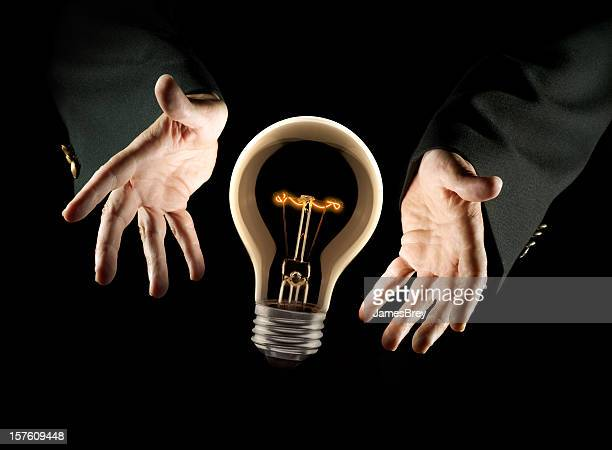 Présentateur de mains montrant une grande nouvelle idée Ampoule électrique