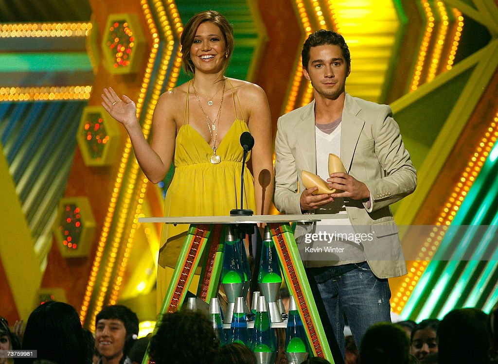 Presenters Mandy Moore (L) and Shia LaBeouf onstage during the 20th Annual Kid's Choice Awards held at the UCLA Pauley Pavilion on March 31, 2007 in Westwood, California.