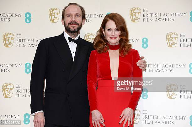 Presenters Ralph Fiennes and Julianne Moore pose in the winners room at the EE British Academy Film Awards at The Royal Opera House on February 8...