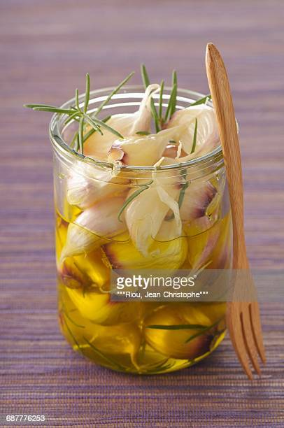 preserved garlic in olive oil and rosemary - 漬けた ストックフォトと画像