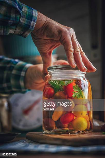 Erhaltung der organischen gemischt farbige Cherry-Tomaten in Gläser