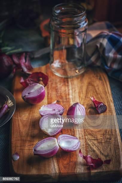 erhaltung der bio rote zwiebeln und rote zwiebeln in gläser - zwiebel stock-fotos und bilder