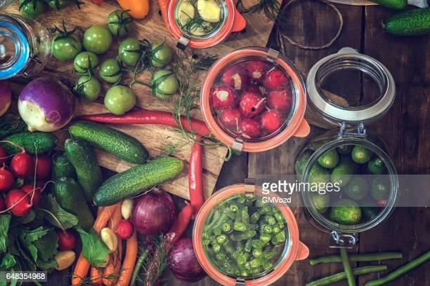 瓶に有機野菜を維持します。 - 漬けた ストックフォトと画像