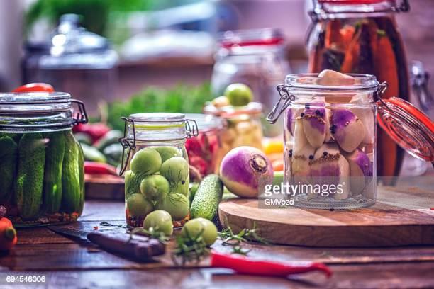 Erhaltung der Bio-Gemüse in Gläsern
