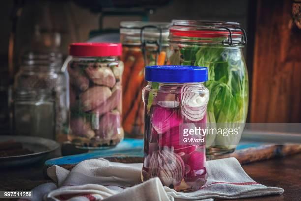 conservación de hortalizas orgánicas en frascos - echalote fotografías e imágenes de stock