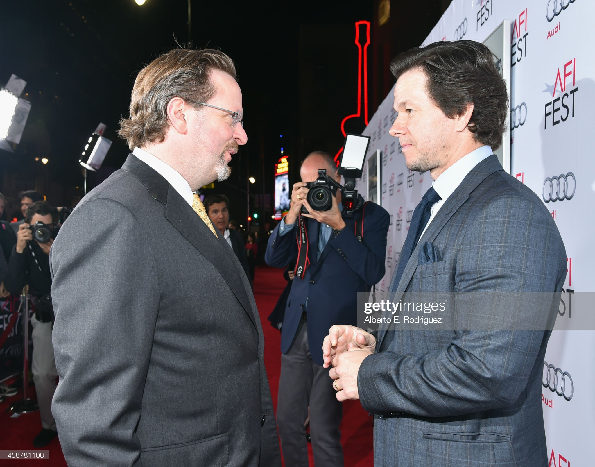 ¿Cuánto mide Mark Wahlberg? - Altura - Real height President-and-ceo-bob-gazzale-and-actor-mark-wahlberg-attend-the-of-picture-id458781108?s=2048x2048