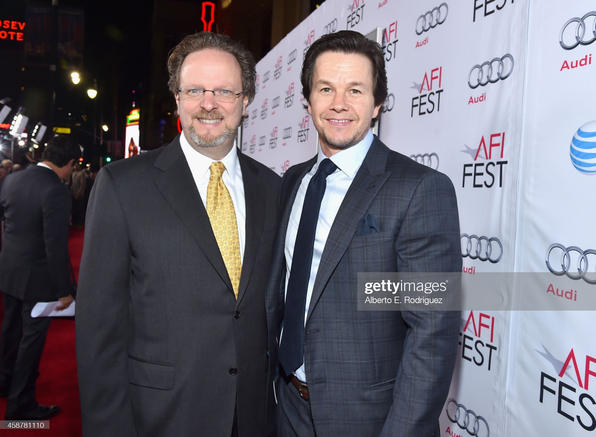 ¿Cuánto mide Mark Wahlberg? - Altura - Real height President-and-ceo-bob-gazzale-and-actor-mark-wahlberg-attend-the-of-picture-id458781110?s=2048x2048