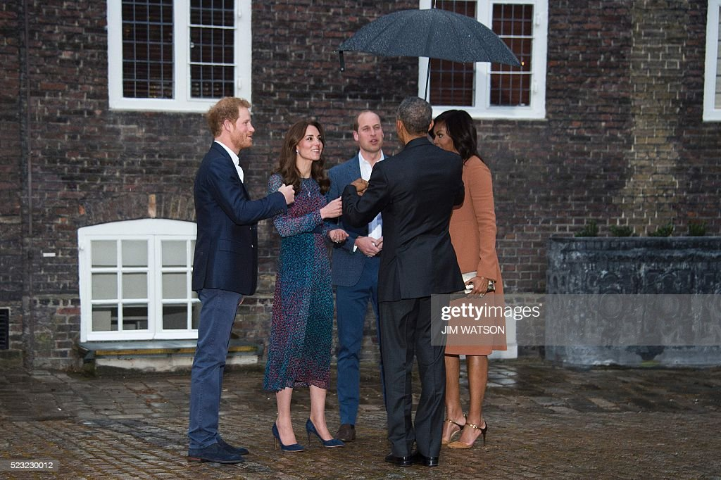 US President Barack Obama (2R) and First Lady Michelle Obama (R) are greeted by Britain's Prince William, Duke of Cambridge (C), his wife Catherine, Duchess of Cambridge (2L) and Britain's Prince Harry (L) at Kensington Palace in London, April 22, 2016. Barack Obama warned Britain against leaving the European Union on Friday, undercutting a key argument of eurosceptics by saying London would be 'at the back of the queue' for a post-Brexit trade deal. / AFP / Jim Watson