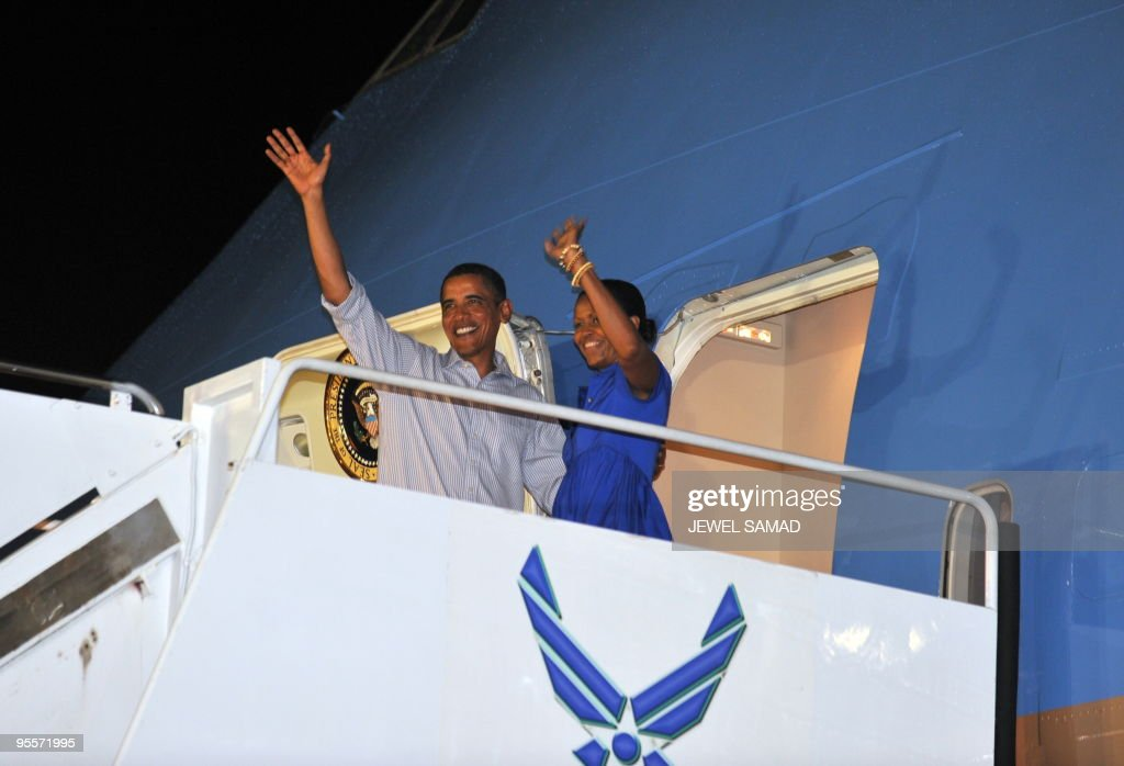 US President Barack Obama and First Lady Michelle Obama board the Air Force One at the Hickam Air Force Base in Honolulu, Hawaii, on January 3, 2010. The First Family left Hawaii for Washington, DC, after their vacation in Hawaii. AFP PHOTO/Jewel SAMAD