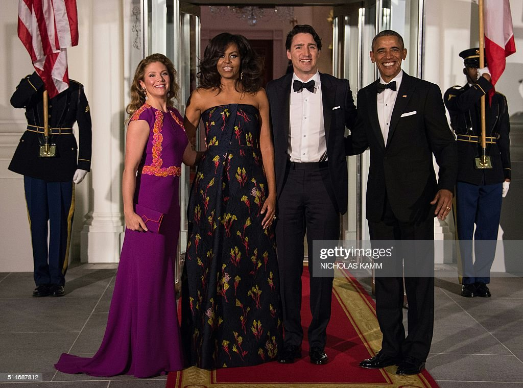 US President Barack Obama (R) and First Lady Michelle Obama (2nd L), Canadian Prime Minister Justin Trudeau (2nd R) and his wife Sophie Gregoire Trudeau pose upon the Trudeau's arrival for a State Dinner in their honor at the White House in Washington, DC, on March 10, 2016. / AFP / Nicholas Kamm
