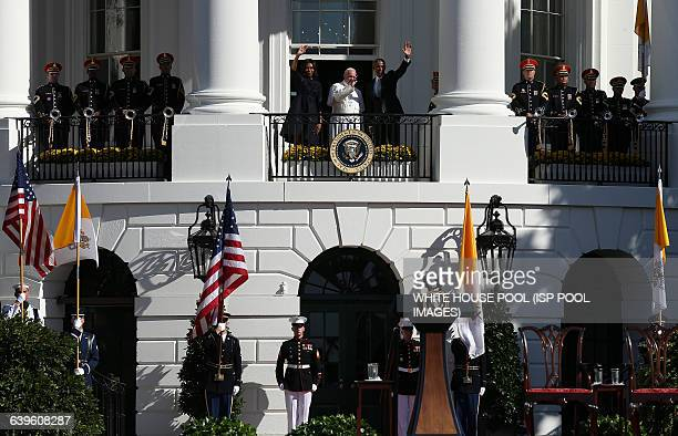 S President Barack Obama and first Lady Michelle Obama wave from the balcony with Pope Francis in an arrival ceremony at the White House on September...