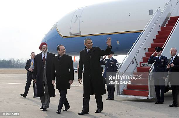 US President Barack Obama and his French counterpart Francois Hollande disembark from Air Force One at Charlottesville Albemarle Airport in...