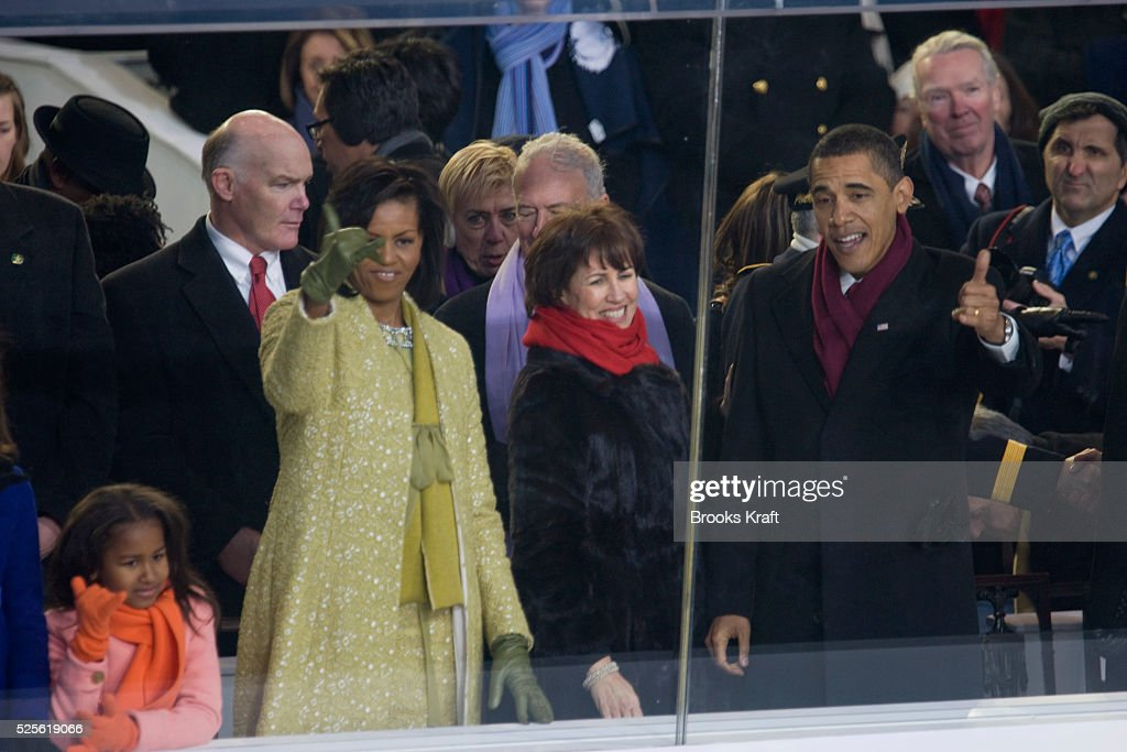 USA - Presidential Inauguration - President Obama and First Lady give 'Shaka Sign' to Band from Hawaii : News Photo