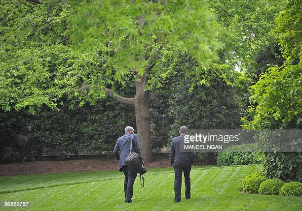 US President Barack Obama and personal assistant Reggie Love walk to the Oval Office upon return to the White House on May 8 2009 in Washington Obama...