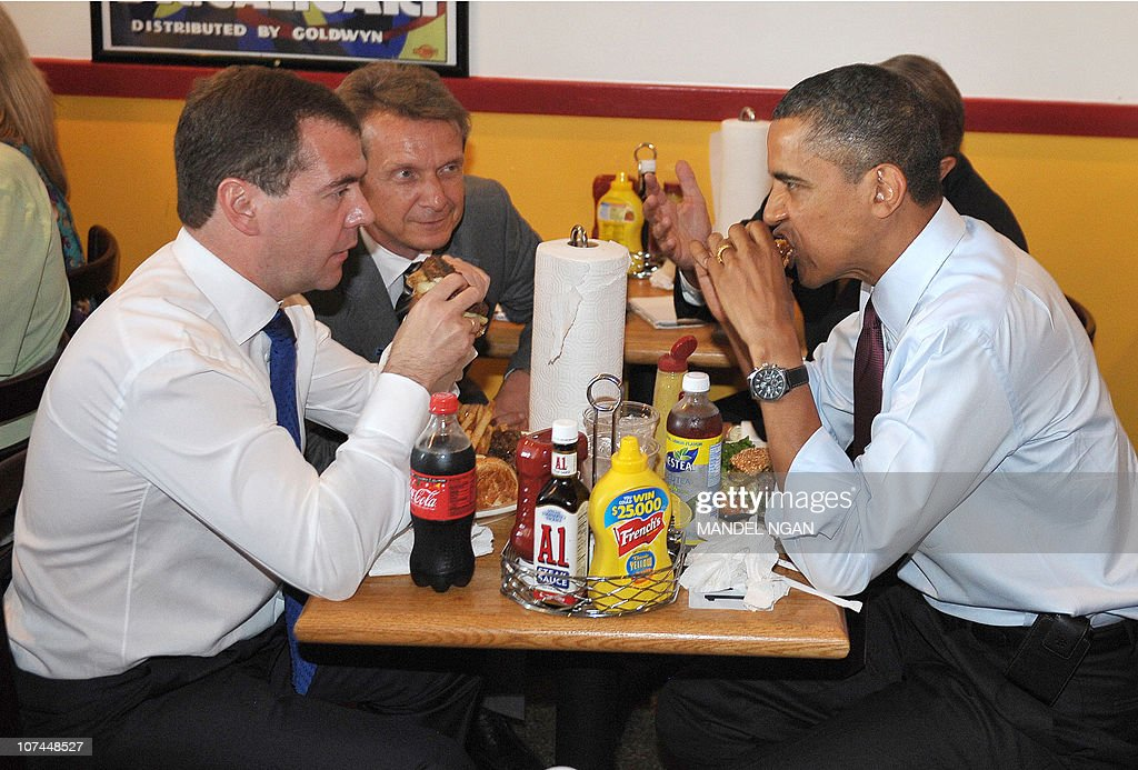 US President Barack Obama and Russian President Dmitry Medvedev eat burgers during a lunch at Ray's Hell Burger June 24, 2010 in Arlington, Virginia. Obama and Medvedev dodged the formality of a US-Russia summit Thursday, slipping out of the White House to visit one of the US leader's favorite burger joints.The two leaders will hold a joint press conference later June 24 at the White House. AFP PHOTO/Mandel NGAN