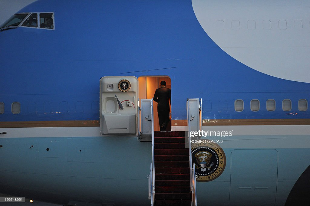 US President Barack Obama boards Air Force One as he prepares to depart the Phnom Penh airport on November 20, 2012. US President Barack Obama on Tuesday defied Chinese protests and raised concerns at a summit about territorial disputes that have sent diplomatic and trade shockwaves across the region.