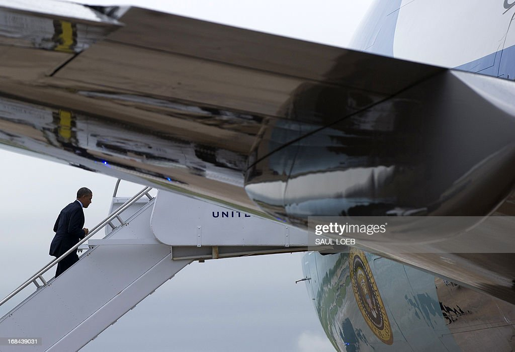 US President Barack Obama boards Air Force One prior to departing Austin-Bergstrom International Airport in Austin, Texas, May 9, 2013. Obama traveled to speak on the economy and job creation. AFP PHOTO / Saul LOEB