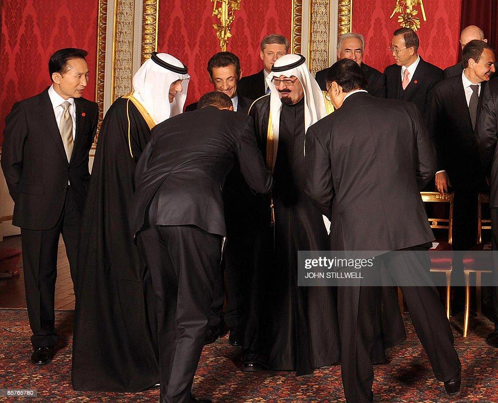 US President Barack Obama (3rd L) bows t : News Photo
