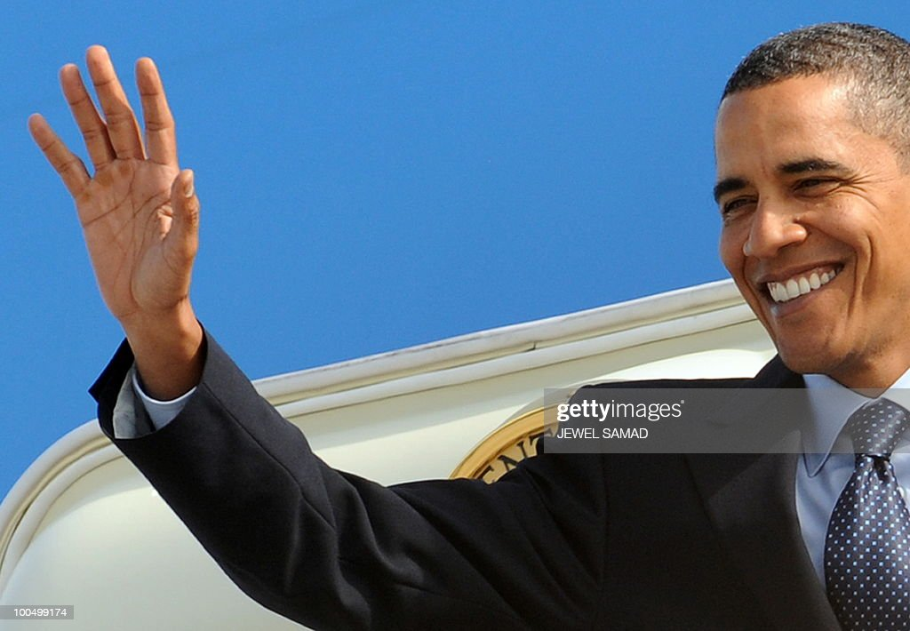 President Barack Obama disembarks from the Air Force One at the airport in Guadalajara on August 9, 2009. Obama arrived in Guadalajara, Mexico, to attend his first summit of North American leaders, with the economic crisis and swine flu on an agenda overshadowed by Mexican drug violence. AFP PHOTO/Jewel SAMAD