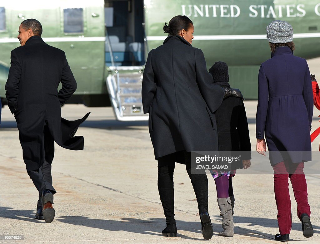 US President Barack Obama, First Lady Michelle Obama and their daughters Malia(R) and Sasha walk to board the Marine One helicopter at Andrews Air Force Base in Maryland on January 4, 2010 upon their return from vacation in Hawaii. AFP PHOTO/Jewel SAMAD